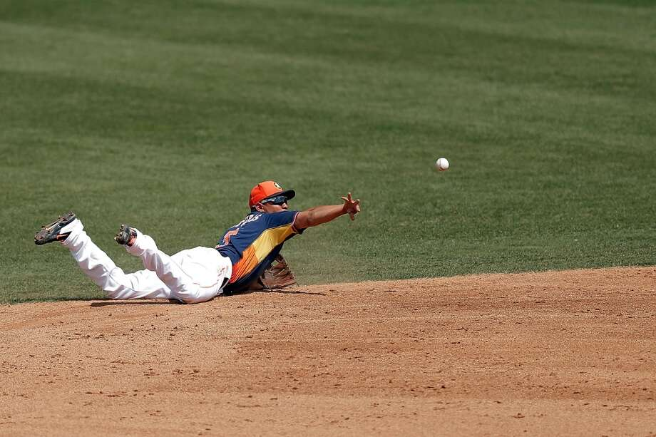 Cesar Izturis flips the ball to second base in the fifth inning. Photo: Stacy Revere, Getty Images
