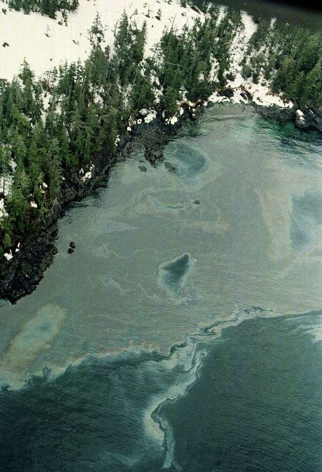 High winds on Prince William Sound push crude oil up into an inlet on Squire Island, Alaska, April 10, 1989.  The massive oil spill from Exxon Valdez continues to contaminate the Sound after the tanker ran aground. Photo: JOHN GAPS III, ASSOCIATED PRESS / AP1989