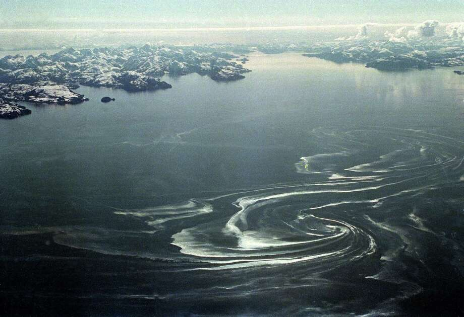 An oil slick swirls over Prince William Sound, Alaska, April 2, 1989, about 50 miles from where the tanker Exxon Valdez ran aground March 24, spilling more than 10 million gallons of crude oil into the waters. Photo: ROB STAPLETON, ASSOCIATED PRESS / AP1989