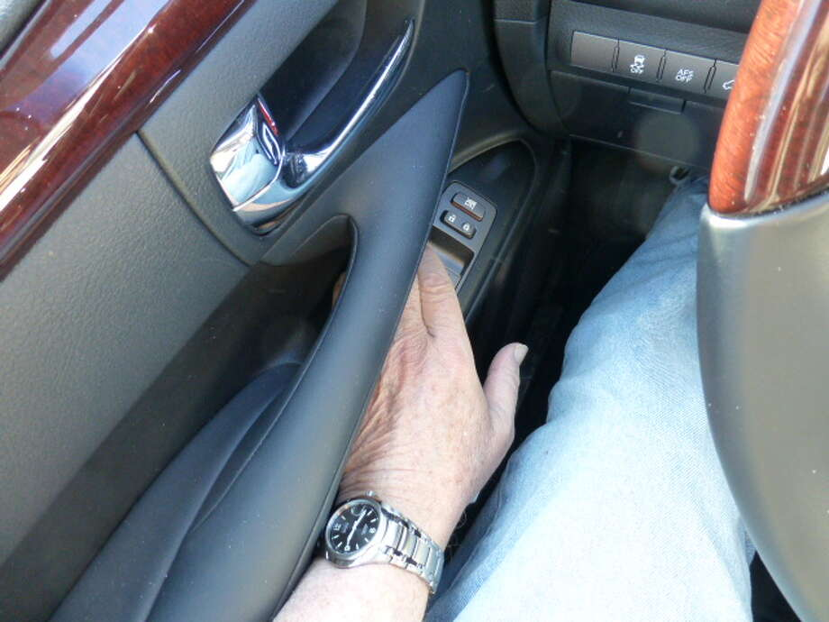 Because of the position of the door-pull, the driver's left hand has to make an awkward bend to the left to touch the door-mounted electric window lifts.