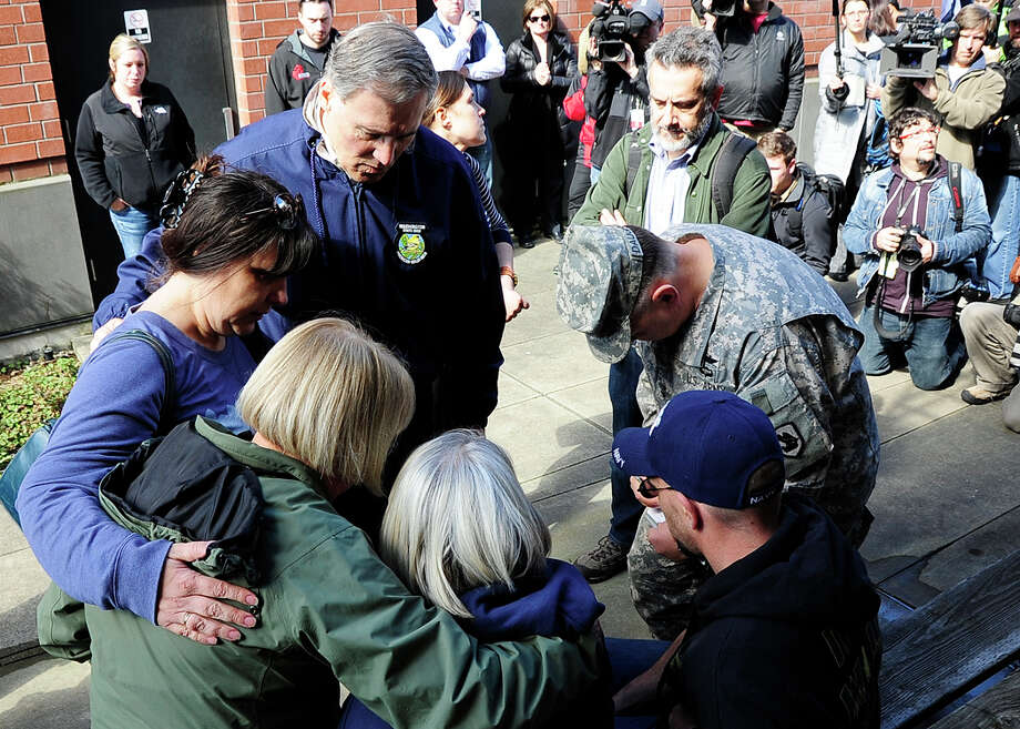 Gov. Jay Inslee and U.S. Sen. Patty Murray meet with landslide victims on Sunday. Photo: By Weldon Wilson