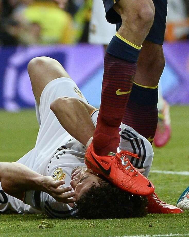 Accident or yellow card?FC Barcelona midfielder Sergio Busquets steps on the head of Real Madrid defender Pepe - accidentally, we 