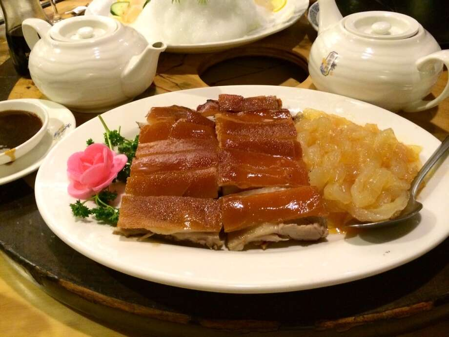 Suckling pig with jellyfish