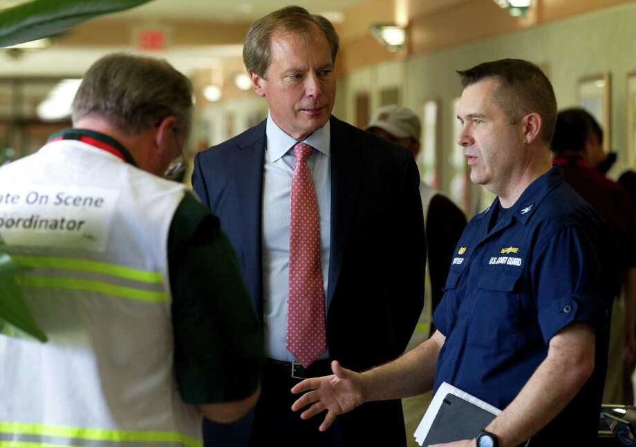 March 25, 2014: Lt. Gov. David Dewhurst, center, talks to Coast Guard Capt. Brian Penoyer upon arrival to a news conference on oil spill response in Texas City. Photo: Brett Coomer, Houston Chronicle / © 2014 Houston Chronicle