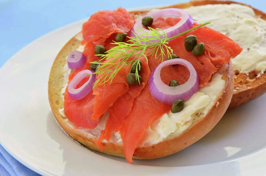 Smoked salmon with cream cheese, capers and red onion on bagel (Fotolia.com) / fotogal - Fotolia