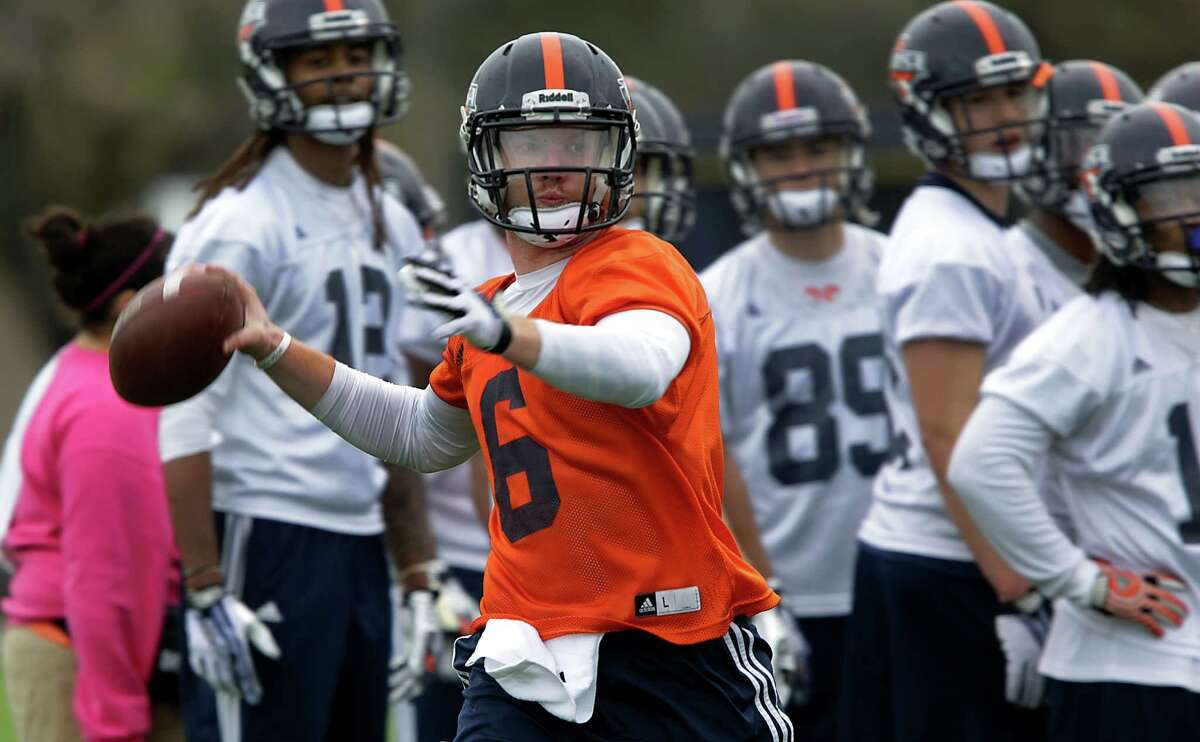 UTSA quarterback Tucker Carter, right, zeros in on a receiver during a UTSA football practice, Wednesday, March 26, 2014.