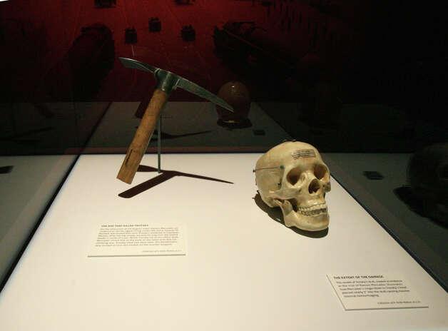 Ледоруб и макет черепа Троцкого в музее