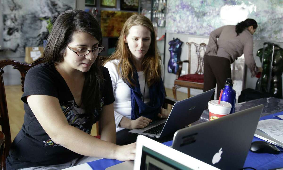 Navigator Anna Ray (right) helps Maria Burciaga shop the federal marketplace for health insurance earlier this month in Houston. Monday is the deadline to apply to enroll in a health insurance plan on the federal marketplace.