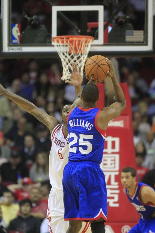 Rockets forward Terrence Jones defends a shot against 76ers guard Elliot Williams. Photo: Johnny Hanson, Houston Chronicle
