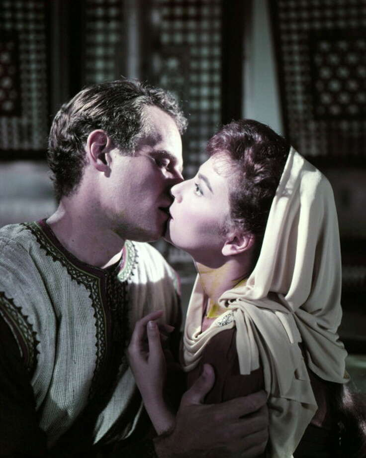 Judah Ben-Hur, played by American actor Charlton Heston (1923 - 2008), kisses Esther, played by Haya Harareet, in a scene from 'Ben-Hur', directed by William Wyler, 1959. Photo: Silver Screen Collection, Getty Images / 2012 Silver Screen Collection