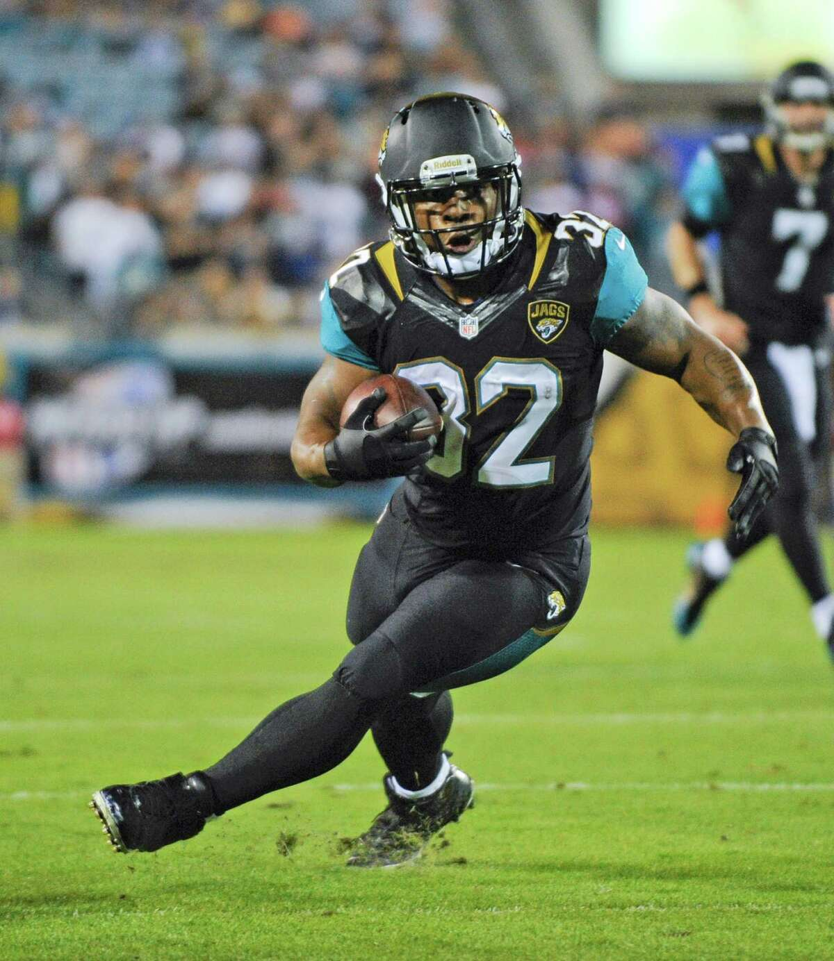 Running back Maurice Jones-Drew agreed to a three-year contract with the Oakland Raiders on Friday.