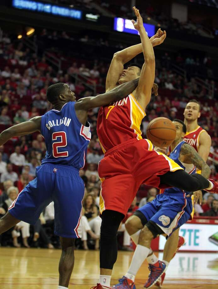 Clippers guard Darren Collison knocks the ball away from Rockets guard Jeremy Lin. Photo: James Nielsen, Houston Chronicle