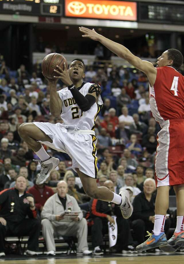 Bishop O'Dowd guard Juwan Anderson, who scored 11 points, drives to the basket against Mater Dei guard La'vette Parker during the first half of the Open Division championship game. Photo: Rich Pedroncelli, Associated Press