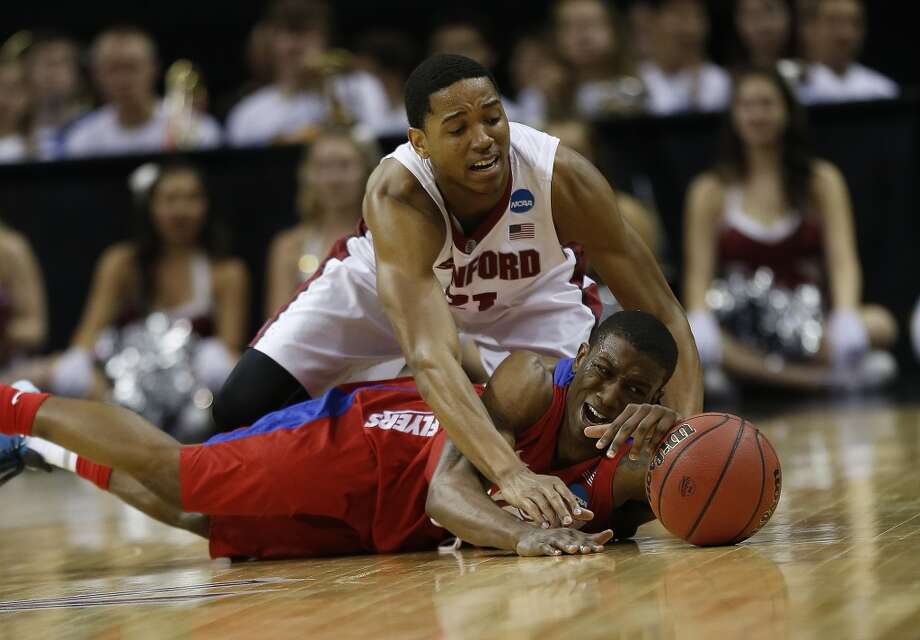 Stanford guard/forward Anthony Brown (21) and Dayton guard Jordan Sibert (24) vie for a loose ball. Photo: John Bazemore, Associated Press