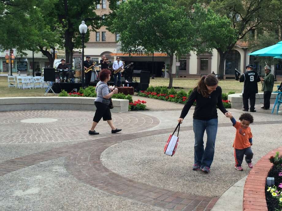 A child and woman dance to blues music in Travis Park. Photo: Kolten Parker, San Antonio Express-News