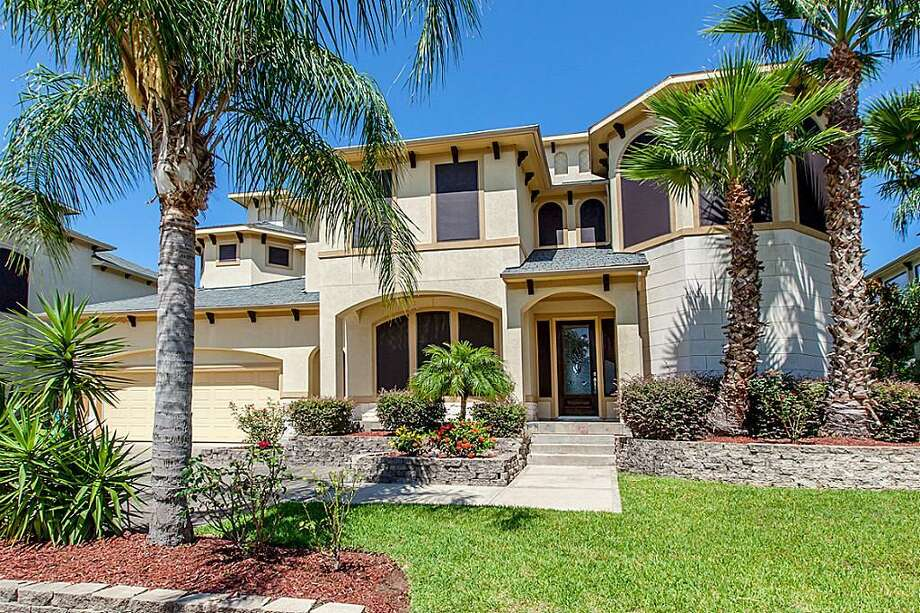 1830 Lakeside: This 2003 home has 3 bedrooms, 2.5 bathrooms, 2,835 square feet, and is listed for $399,900. Photo: Houston Association Of Realtors