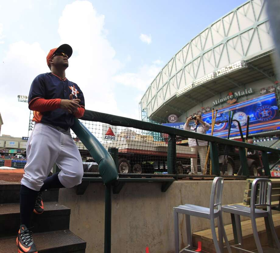 Second baseman Jose Altuve signs an autograph from the dugout during batting practice. Photo: Karen Warren, Houston Chronicle
