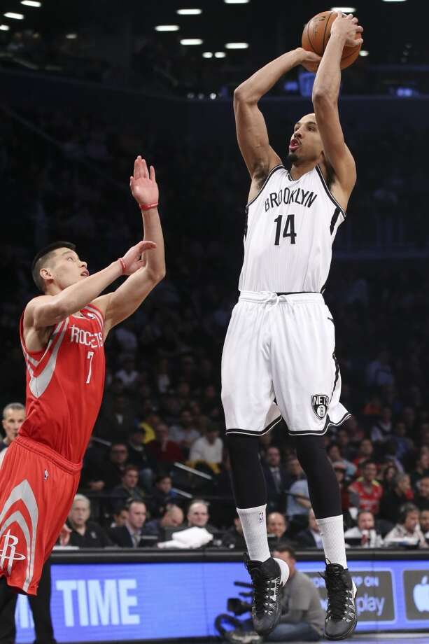 Rockets point guard Jeremy Lin defends a shot by Shaun Livingston of the Nets. Photo: John Minchillo, Associated Press