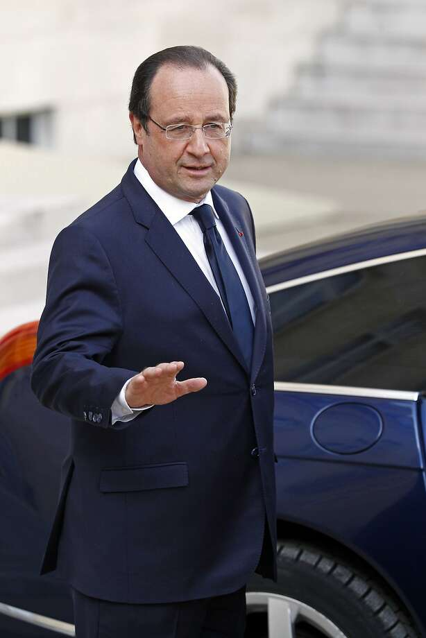 French President Francois Hollande addresses reporters as he leaves the Elysee Palace on his way to an EU summit in Brussels, following his meeting with his new prime minister Manuel Valls, at the Elysee Palace in Paris, Wednesday, April 2, 2014. Photo: Remy De La Mauviniere, Associated Press