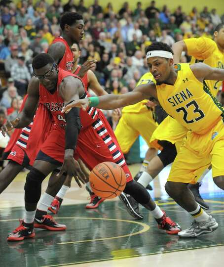 Siena's Maurice White, right, goes after a loose ball with Fresno State's Karachi Edo during game tw