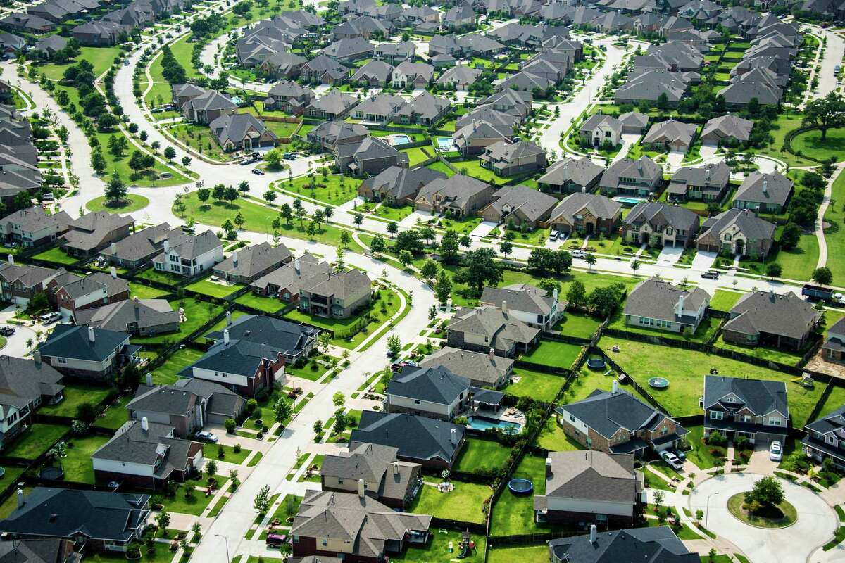 Is this the biggest city in Texas? Yes, by far. With a population of 2.3 million, Houston has almost 1 million more people in its boundaries than the state's second-most populous city, San Antonio.