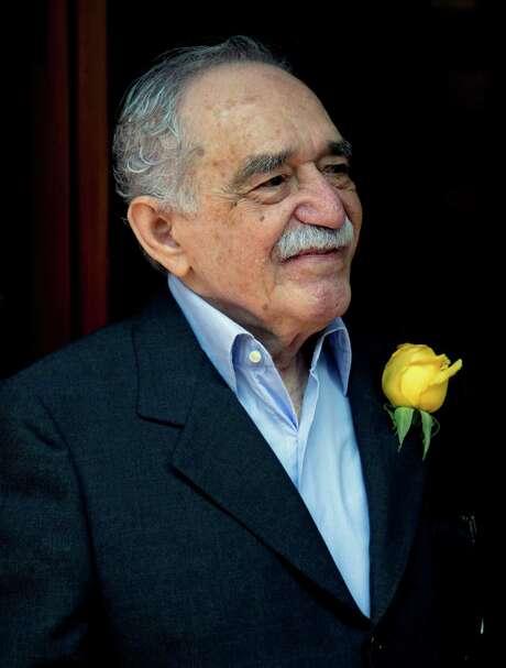ARCHIVO - En esta foto de archivo del 6 de marzo de 2014, el premio Nobel de literatura colombiano Gabriel Garcéa Mé¡rquez saluda a admiradores y periodistas frente a su casa en Ciudad de México. Garcéa Mé¡rquez fue hospitalizado el jueves 3 de abril de 2014 en la capital mexicana. Cumplié³ recientemente 87 aé±os.  (AP Foto/Eduardo Verdugo, File) Photo: Eduardo Verdugo, STF -end- / AP
