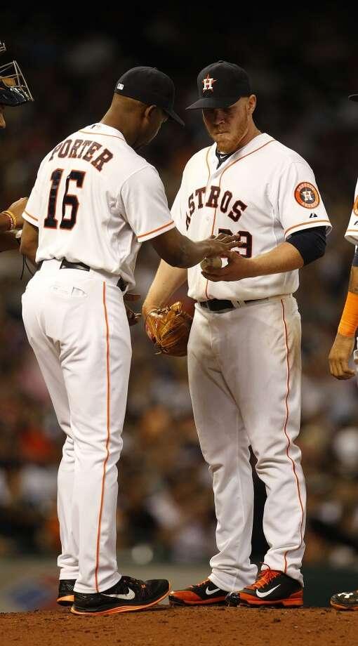 Astros manager Bo Porter pulls starting pitcher Brett Oberholtzer. Photo: Karen Warren, Houston Chronicle
