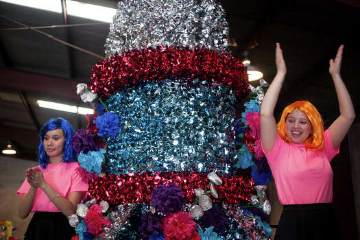 Judson High School sophomore Lilian Nino (from left), 16, and senior Chel'le Bulosan, 18, dance aboard their float during Thursday's dress rehearsal. Photo: Julysa Sosa, For The San Antonio Express-News / Julysa Sosa For the San Antonio Express-News