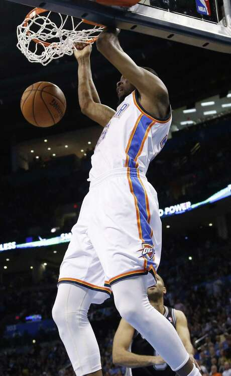 Kevin Durant dunks en route to his 28 points, but had to take 26 shots thanks in part to Kawhi Leonard's defense. Photo: Sue Ogrocki / Associated Press / AP