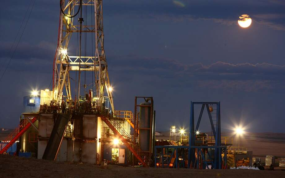 An oil drilling rig stands on the Bakken formation in Watford City, North Dakota in 2011. Oil production in the state tripled in five years. Photo: Matthew Staver, Bloomberg