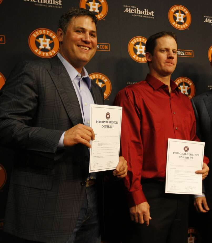 Lance Berkman and Roy Oswalt smile and hold up their one-day contracts with the Astros. Photo: Karen Warren, Houston Chronicle