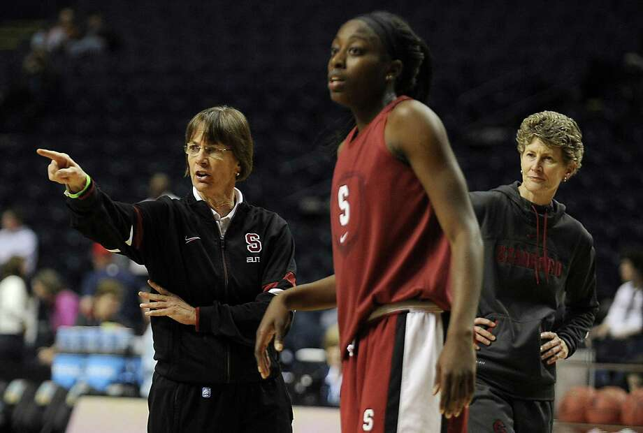 Stanford coach Tara VanDerveer (left) doesn't expect her Cardinal team to go down without a fight against Connecticut. Photo: John Woike / McClatchy-Tribune News Service / Hartford Courant
