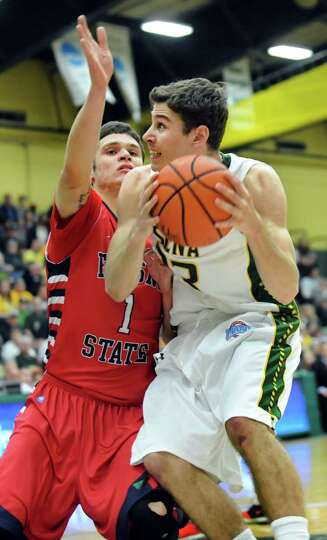 Siena's Rob Poole, right, works the paint as Fresno State's Tyler Johnson defends in the CBI final b