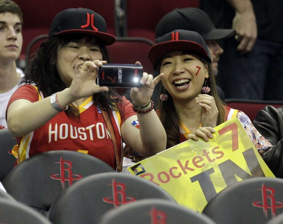 Eva Hsu, left, of Taipei Taiwan, and Zoe Hsieh, right, of Toyko, Japan, take photos. Photo: Melissa Phillip, Houston Chronicle