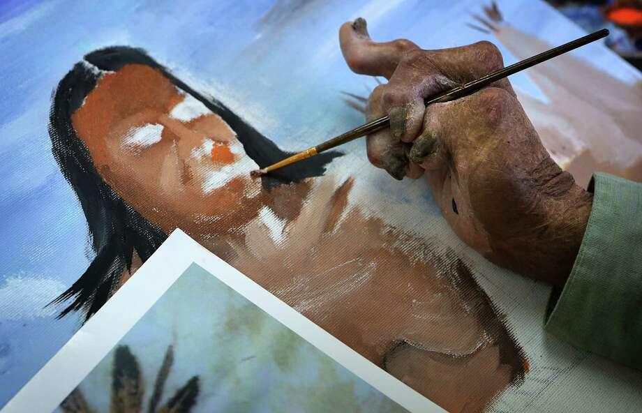 Lupe Munoz pinta despues que sufrió una horrífica quemadura en 75 porciento de su cuerpo. Photo: Bob Owen / San Antonio Express-News / © 2012 San Antonio Express-News