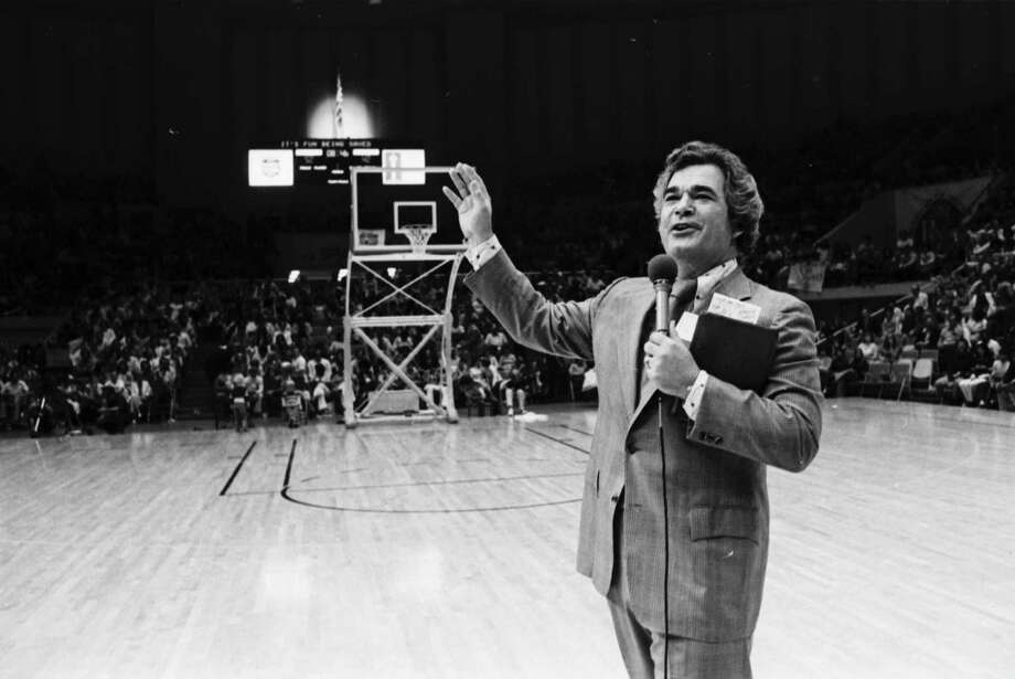 Evangelist Bob Harrington preaches a sermon during half-time at a Spurs-Pacers game on April 10, 1974. Photo: Courtesy, UTSA Libraries Special Collectio / UTSA Libraries Special Collectio