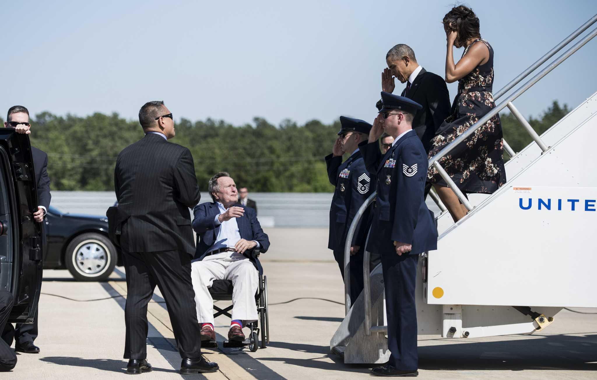 Bush greets Obama at Houston airport - Houston Chronicle