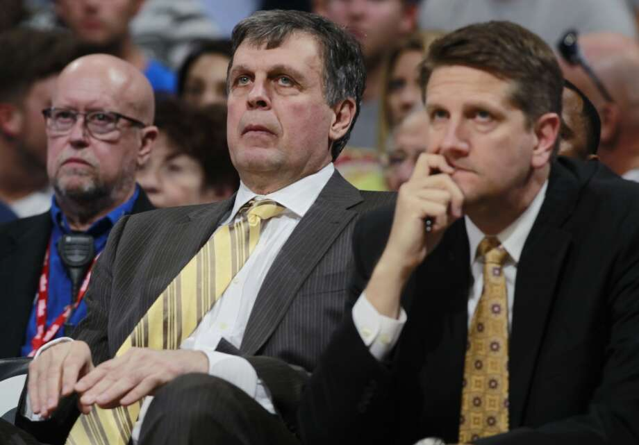 Rockets head coach Kevin McHale, left, and assistant coach Chris Finch look on. Photo: David Zalubowski, Associated Press