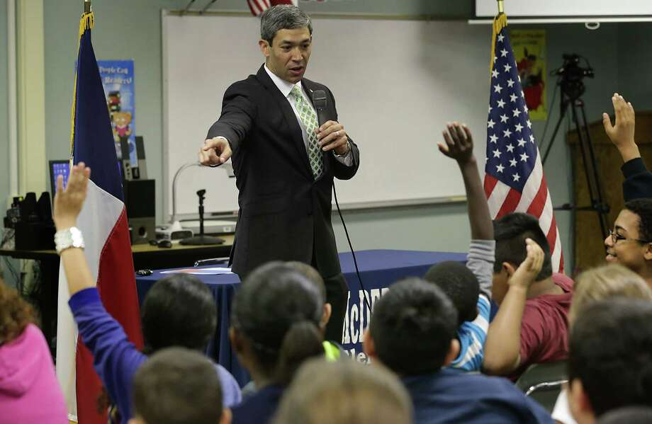 "District 8 Councilman Ron Nirenberg, asking for a show of hands of those who want to vote, holds a ""Kids Town Hall"" at McDermott Elementary School.  Friday, April 11, 2014. Photo: BOB OWEN, San Antonio Express-News / © 2012 San Antonio Express-News"
