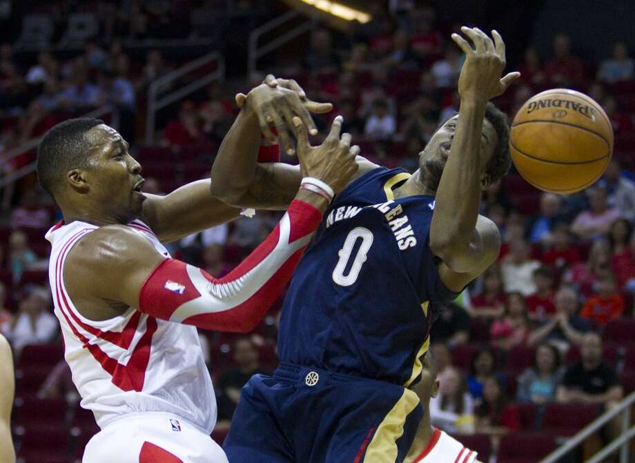 Rockets center Dwight Howard (12) and Pelicans forward Al-Farouq Aminu (0) fight for a loose ball. Photo: Brett Coomer, Houston Chronicle