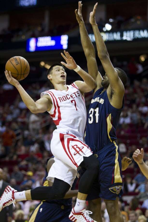 Rockets guard Jeremy Lin (7) drives to the basket against Pelicans forward James Southerland. Photo: Brett Coomer, Houston Chronicle