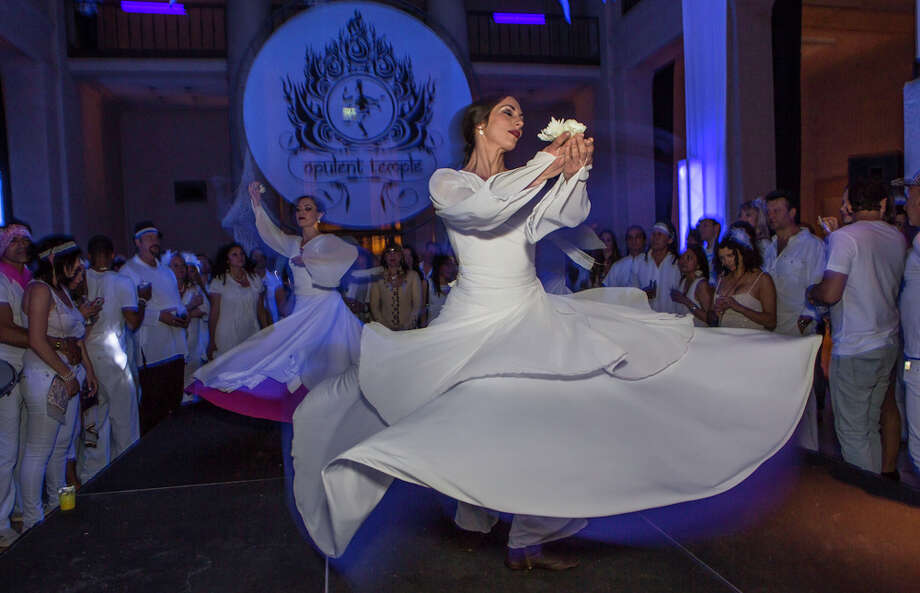 Dancers in white dresses performing. Photo: Misha Kutuzov, ©MKGraph / ©MKGraph