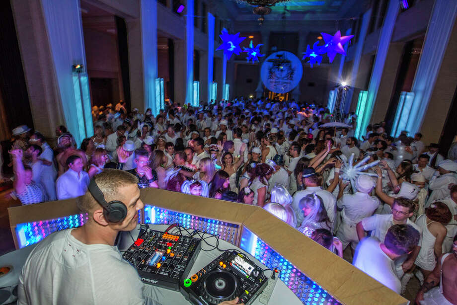 DJ oversees hundreds of dancers enjoying themselve Photo: Misha Kutuzov, ©MKGraph / ©MKGraph