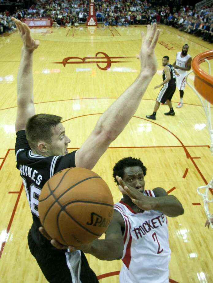 Rockets guard Patrick Beverley (2) drives to the basket with Spurs forward Aron Baynes (16) defending. Photo: Brett Coomer, Houston Chronicle
