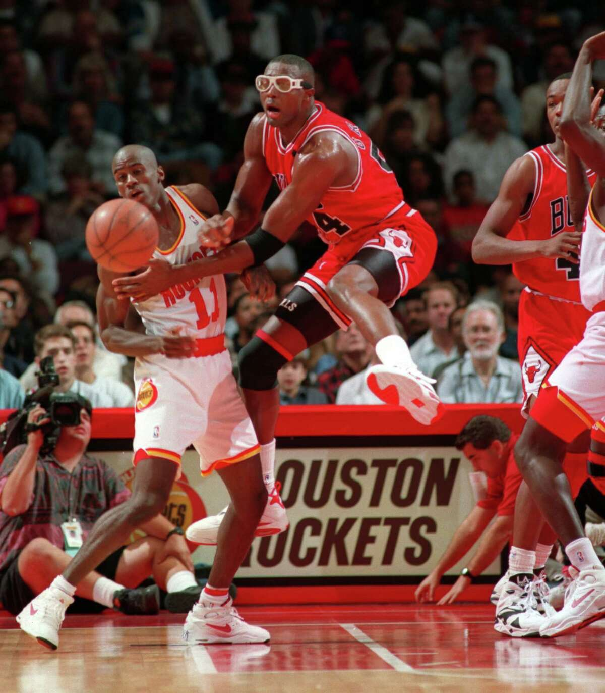 Rockets vs Chicago Bulls photo shot on 11_23_93 HOUCHRON CAPTION (12/18/1998): Not even Horace Grant and the defending champion Chicago Bulls could slow Vernon Maxwell and the Rockets, who made the Bulls victim No. 10 with a 100-93 victory at home.