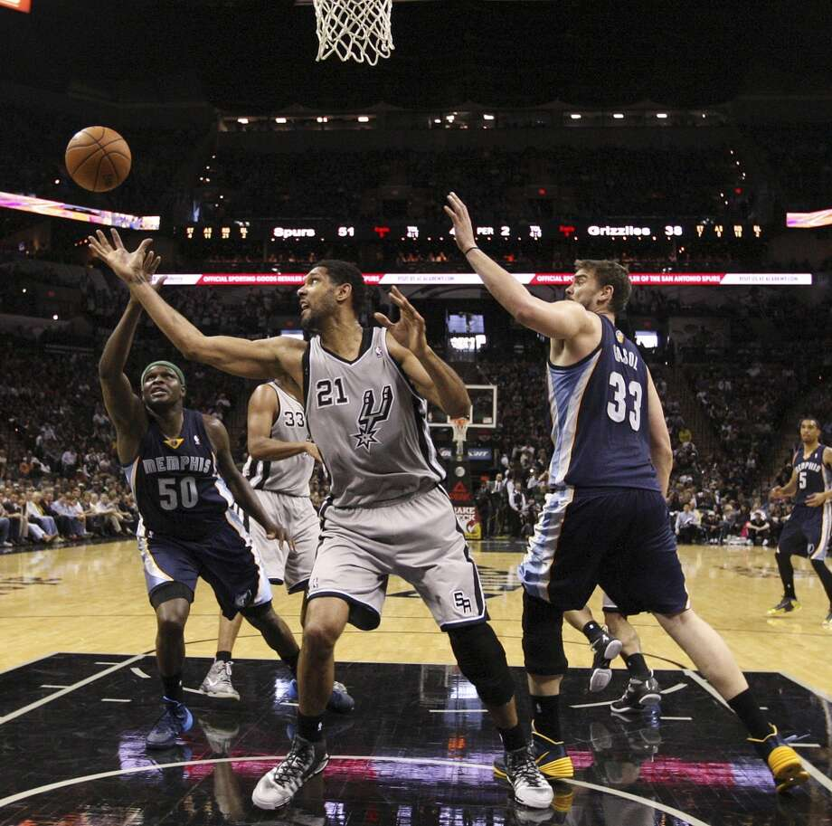 San Antonio Spurs' Tim Duncan goes for a rebound against Memphis Grizzlies' Zach Randolph, left, and Marc Gasol during the first half at the AT&T Center, Sunday, April 6, 2014. The Spurs won 112-92. Photo: Jerry Lara, San Antonio Express-News