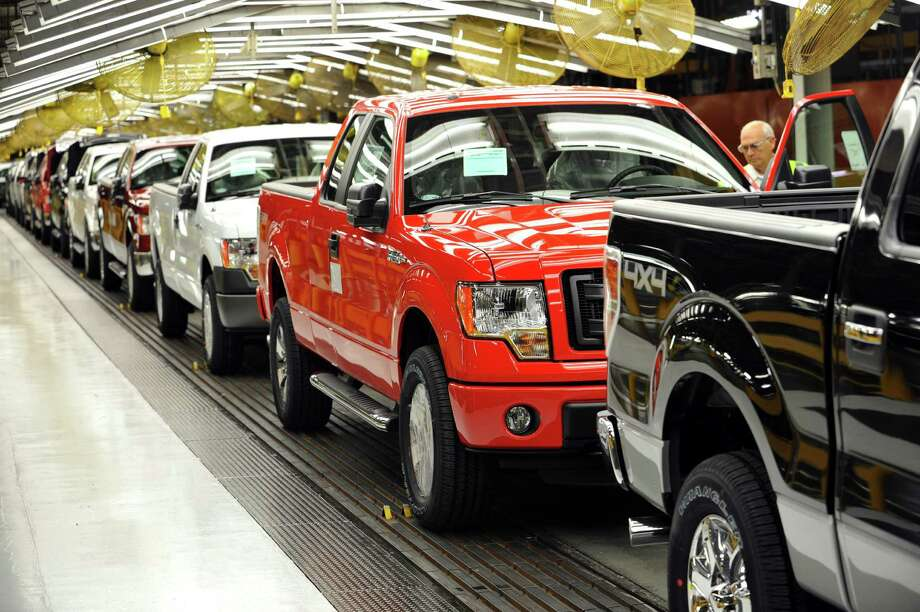 F-150 pickup trucks, some equipped for conversion to compressed natural gas fuel, roll off Ford Motor Co.'s assembly plant in Claycomo, Mo., near Kansas City. / © 2013 Ford Motor Company