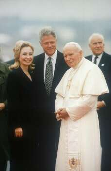320495 155: President Bill Clinton and First Lady Hillary Rodham Clinton with Pope John Paul II during his visit to Newark October, 1995 in New Jersey. (Photo by Liaison) Photo: Getty Images / Getty Images North America