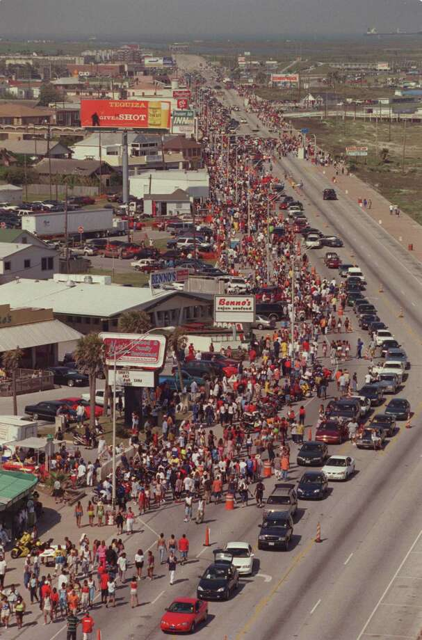 During Beach Party Weekend 2000 in Galveston, the crowd is seen along the shoreline with one way traffic proceeding along Seawall Blvd. Saturday Apri15, 2000. Photo: Andrew Innerarity, Houston Chronicle / Houston Chronicle