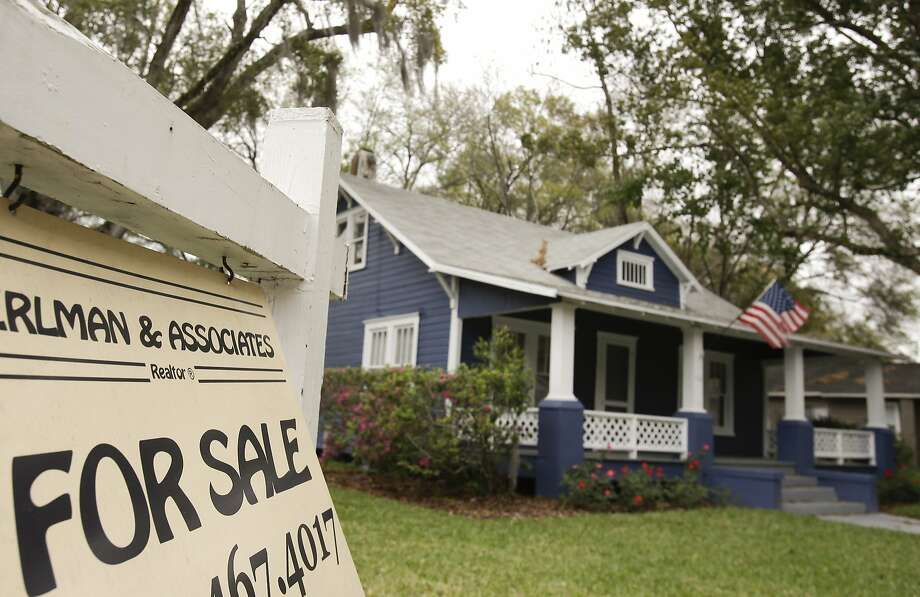 Mortgage rates fall for a second week, making it easier for people to buy homes like this one in Orlando. Photo: John Raoux, Associated Press